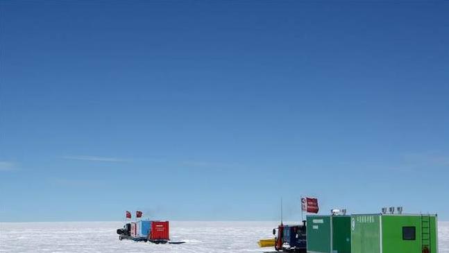 南极科考队抵冰穹A地区 升起一面新的国旗以示纪念